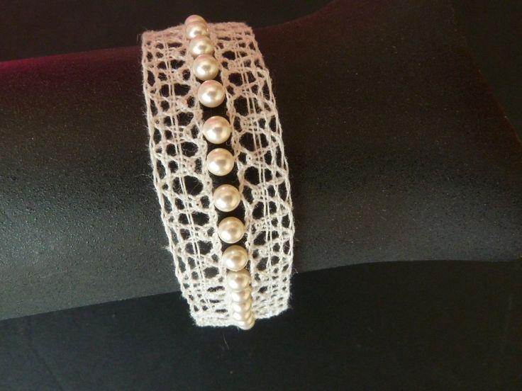 Bracelet Eloîse réalisé en dentelle aux fuseaux avec un fil de lin Ivoire et perles nacrées : Bracelet par paulette-derive