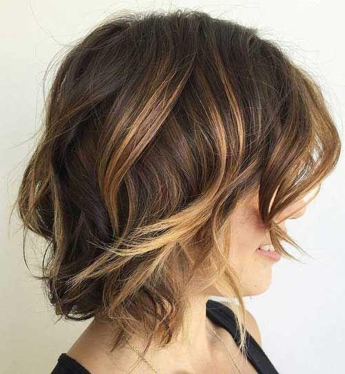 7.Chic Short Wavy Hairstyle