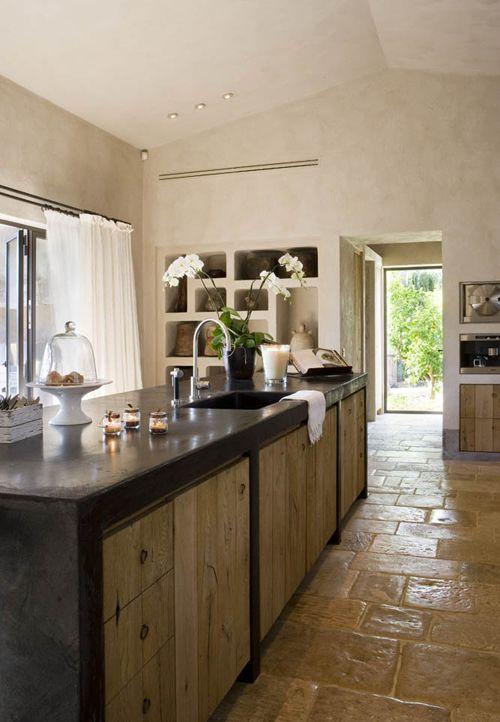 cocina rústica, con isla para fregadero, madera envejecida, huecos en la pared como estanterías y para los electrodomésticos