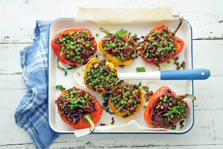 Gevulde paprika is niet voor niets een klassieker. Wij doen tuinerwten, kruiden en oosterse specerijen door het gehakt. Deze móet je proeven - Recept - Allerhande