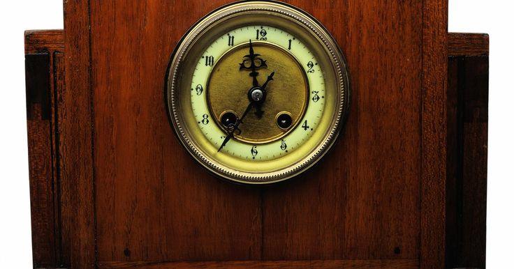 Como identificar um relógio de parede antigo. Se você tem um relógio de parede antigo, você provavelmente deve estar curioso sobre de onde ele veio e quando foi feito. Relógios de parede antigos são muitas vezes passados de geração em geração, ou são itens de colecionador de alguma loja de antiguidades, que muitas vezes são envoltos em mistério. Os primeiros relógios de parede vieram da ...