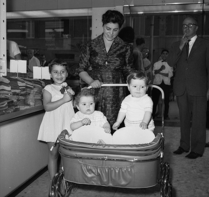 Una donna con tre fgli all'Upim di Bologna, nel settembre del 1961.