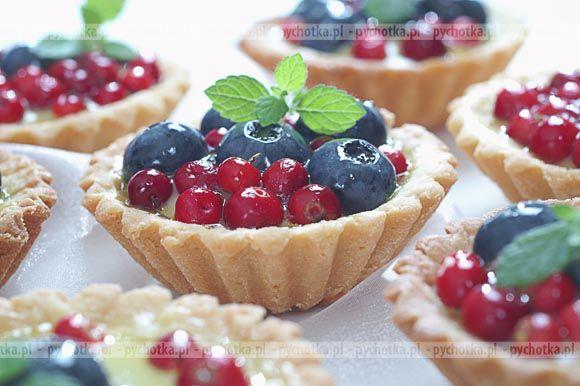 Nie zapomnij upiec smacznych ciastek. Babeczki idealne na lato. Konieczne składniki:kruche babeczki, owoce sezonowe, migdały.