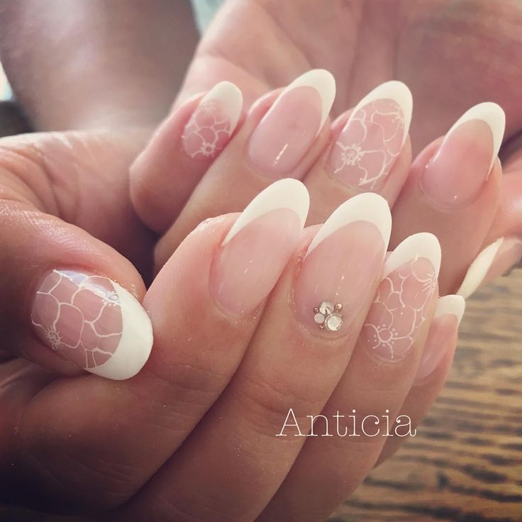 The flower design is one of the most popular one at our shop. All hands drawing!! Which is perfect for wedding nails too:)