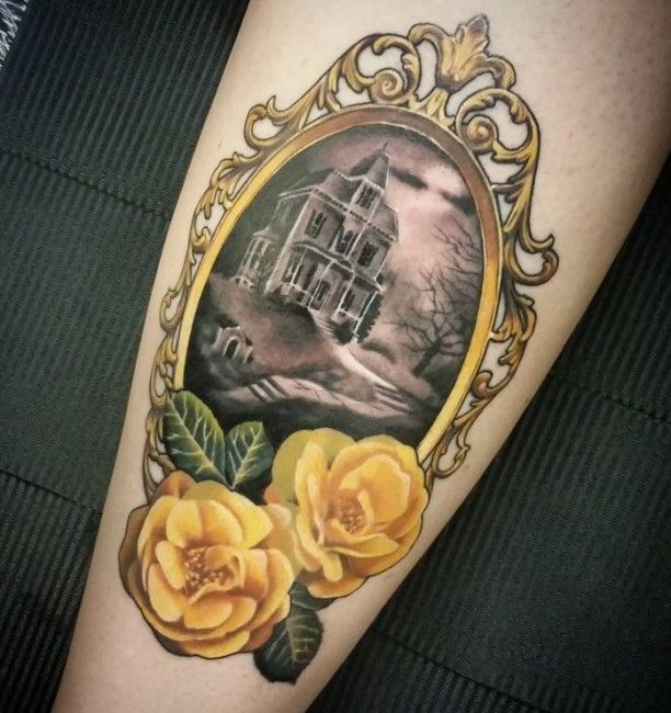 Tattoo Haus im Spiegel gelbe Rosen
