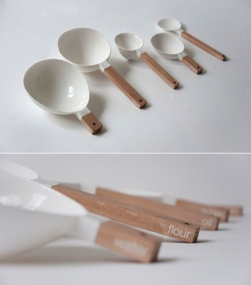 Bread spoons by Niels Datema. A set of ceramic con­tain­ers with wooden han­dles made specif­i­cally for mea­sur­ing bread ingre­di­ents.