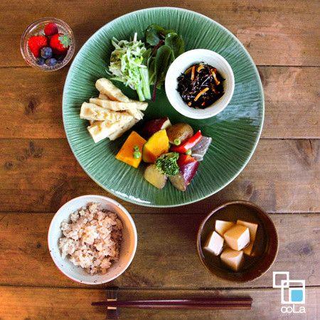 野菜の煮物プレート晩ごはん  ◯きゅうりとうるいのサラダ ◯たけのこの土佐煮 ◯いろいろ野菜の煮物 ◯ひじき煮 ◯玄米 ◯味噌汁 ◯フルーツ(いちご、ブルーベリー、ラズベリー)