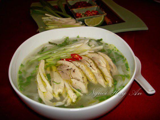 Il phở (fə̃ː) - un piatto tradizionale del Vietnam è una zuppa di spaghetti vietnamita, generalmente servita con carne di manzo (pho bo) o di pollo (pho ga). La zuppa contiene spaghetti di riso bianco (bánh phở) in brodo di manzo ed è generalmente servita con basilico, lime e germogli di soia che vengono aggiunti da chi lo mangia. Questo è il Pho di pollo http://viaggi.asiatica.com/