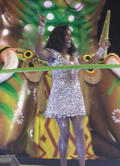 Glória Maria exibe boa forma e samba no pé na Imperatriz Leopoldinense (Foto: Dani Barbi) - http://epoca.globo.com/colunas-e-blogs/bruno-astuto/noticia/2015/02/bgloria-mariab-exibe-boa-forma-e-samba-no-pe-na-imperatriz-leopoldinense.html