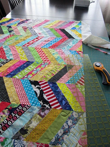 scrapFabrics Quilt, Beautiful Inspiration, Quilt Ideas, Diy Crafts, String Quilt, Scrappy Quilts, Scrappy Chevron, Chevron Quilt, Colors Quilt