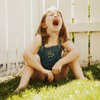 El lloriqueo es una herramienta que utilizan los niños para llamar la atención sobre los padres. Estas lágrimas y quejidos pueden resultar desesperantes a los padres y nos puede llevar a cometer errores y decirles cosas equivocadas que pueden dañar su autoestima. En Guiainfantil.com te contamos qué cosas no debes decir a tu hijo cuando llora.