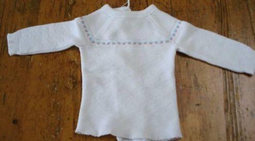 Luiertruitje, samen met een flanellen doek of hydrofielluier om de beentjes werd de baby aangekleed..