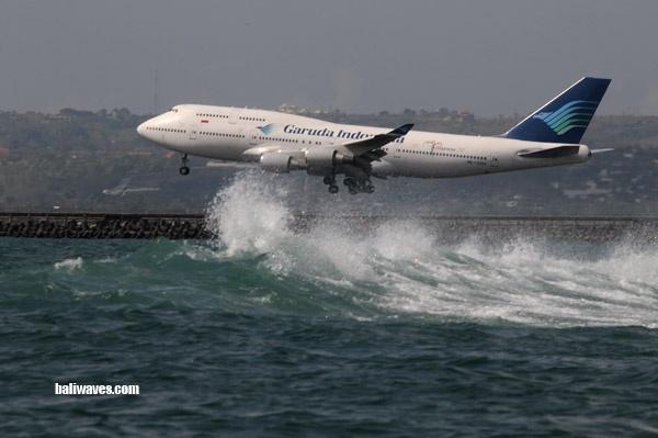 Garuda Indonesia B747-400 riding the wave to touchdown