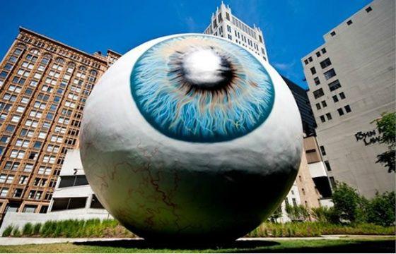 El gran ojo de Tony Tasset - <p>Esta escultura, realizada por Tony Tasset, fue colocada en el parque Pritzker en Chicago. Representa un globo ocular de tres pisos de altura, el cual mira fijamente a los turistas que recorren el famoso parque. De acuerdo con el autor, eligió el ojo porque es un símbolo poderoso, utilizado en muchas culturas. Sin embargo, a muchos turistas y habitantes de Chicago, les parece un monumento espeluznante, y feo.</p>