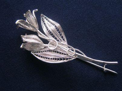 Broszka srebrna tulipany rękodzieło Malta upominek
