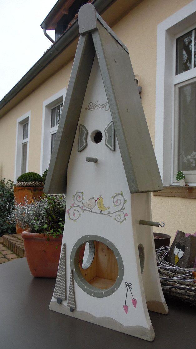 Wir bieten Ihnen eine tolle Vogelvilla,Nistkasten zum Kauf an.  -Es ist echte Handarbeit und ein Unikat.  -Gebaut ist es aus 18 mm Leimholz und mit verzinkten Schrauben verarbeitet. -Auf der...