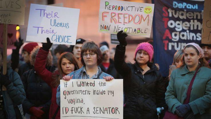 """Elle veut pénaliser les hommes qui se masturbent. Afin de dénoncer les politiques de plus en plus restrictives pour les femmes souhaitant avorter, une élue démocrate du Texas a opté pour l'ironie. Jessica Farrar déposé un projet de loi la semaine dernière proposant de sanctionner d'une amende de 100 dollars, soit 93 euros, toute """"émission masturbatoire non régulée"""". """"Une éjaculation en dehors d'un centre médical ou d'un vagin (…) sera considérée ..."""