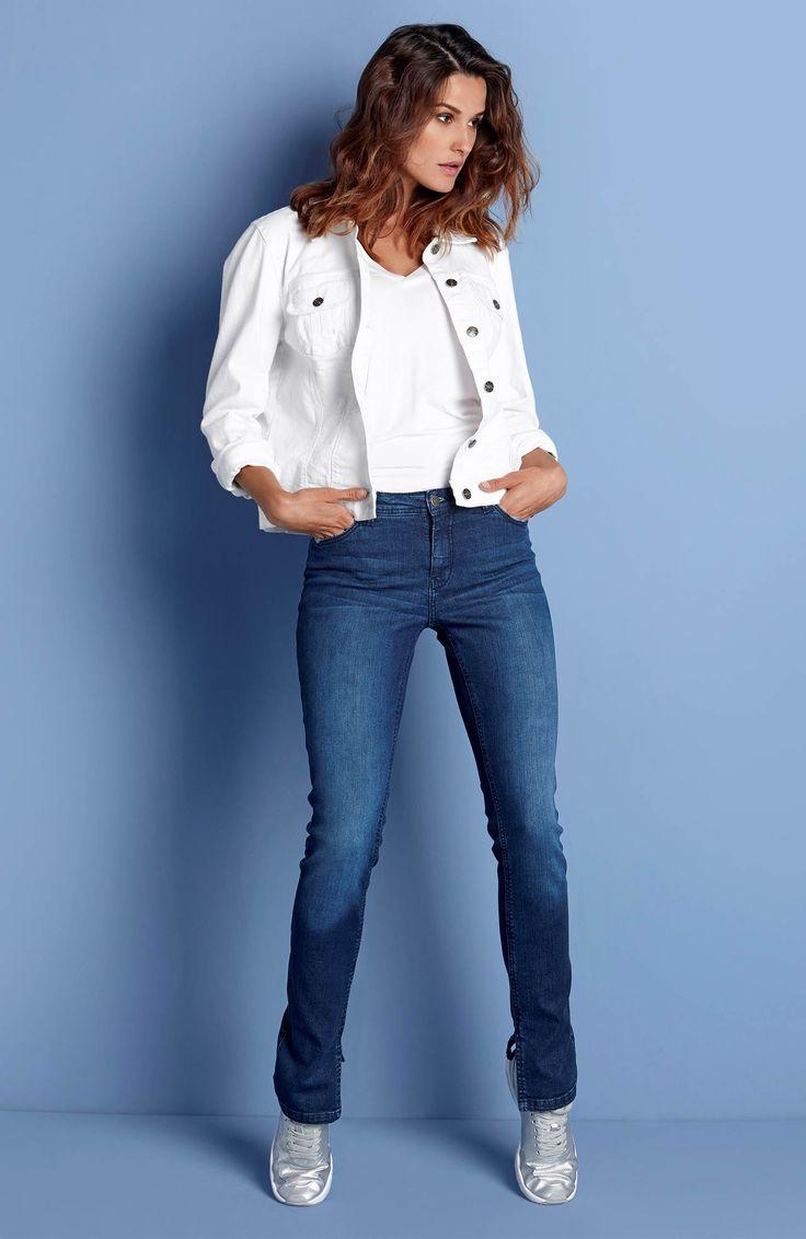 PONADCZASOWY DENIM // HAPPY HOLLY Preferujesz wygodę? postaw na białą kurtkę z denimu, 149 zł + wąskie dżinsy z rozcięciem u dołu, 189 zł.