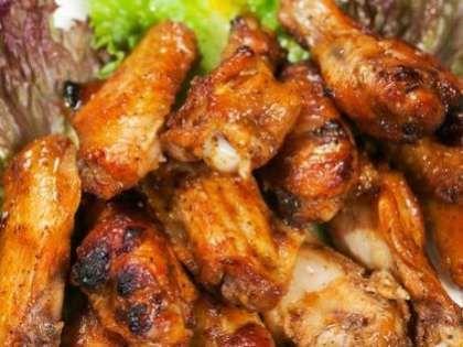 Tavuk kanatlarının sosla harmanlanmış enfes tadı damağınızda kalacak...