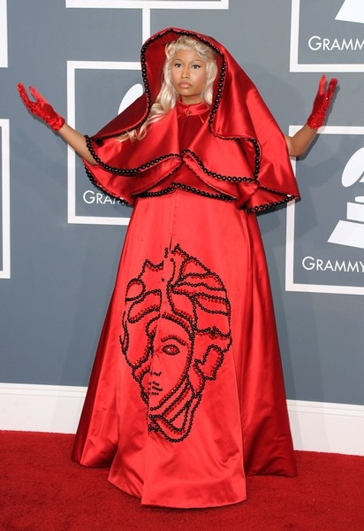 Nicki Minaj in Vesace. Het hoofd van Medusa, het bekende logo van het Italiaanse modehuis, staat geborduurd op de wijde, rode creatie.  © Getty Images #grammy #2012 #fashion #nickiminaj #versace #redcarpet