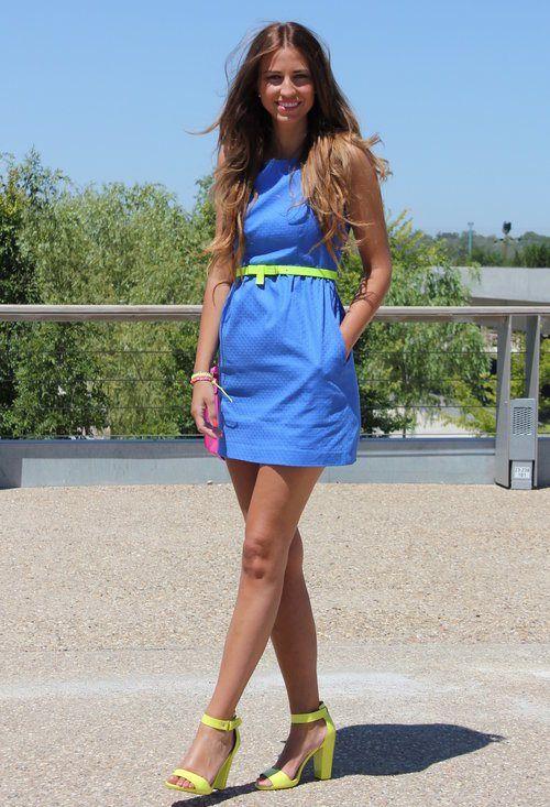 vestido azul con amarillo neon
