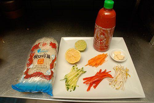 «Pour transformer cette entrée en repas principal, ajouter simplement des crevettes bouillies ou grillées. Un régal de fraîcheur!» Degré de difficulté : facile Nombre de... Salade de vermicelles de riz à  la coriandre