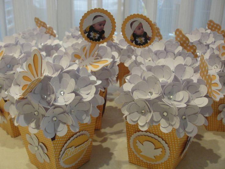 Cachepó em scrap, com flores em papel e strass, personalizados com o motivo do evento. Fica lindo como centro de mesa, decoração de mesa principal, etc. <br>Cores do cachepó e das flores de acordo com a preferência do cliente.