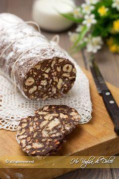 Salame di cioccolato senza uova, una ricetta facile e veloce da preparare. Un dolce ideale per consumare la cioccolata, preparato con cacao e biscotti.