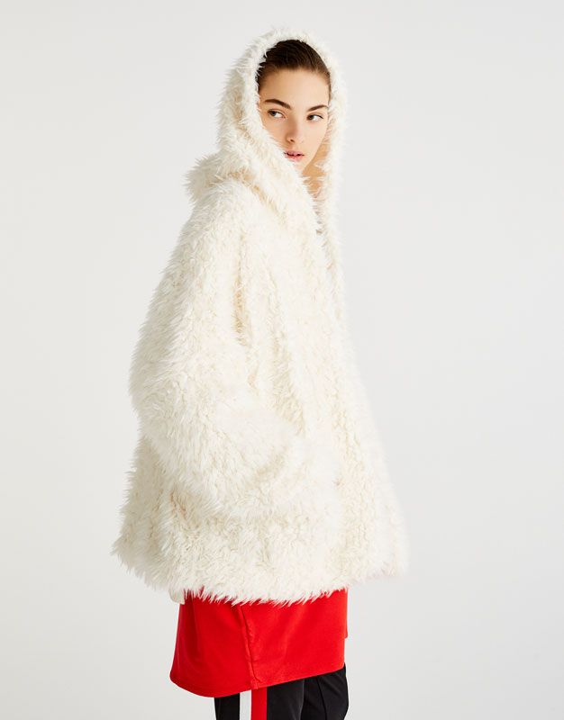 Jacke aus Kunstfell mit Kapuze - Strick - Kleidung - Damen - PULL&BEAR Deutschland
