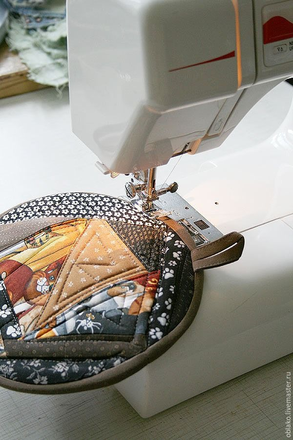 После шитья сумок у меня остаются небольшие обрезки кото-тканей, которые выбросить жалко, но часто не знаешь, на что использовать. Можно сшить из них полезные в хозяйстве вещи — прихватки! А если подарить такую прихватку любительнице кошек — все будут просто счастливы :) Я решила сделать прихватку в коричнево-песочно-черной гамме. В дело идут только небольшие обрезки из специальной коробки, где…