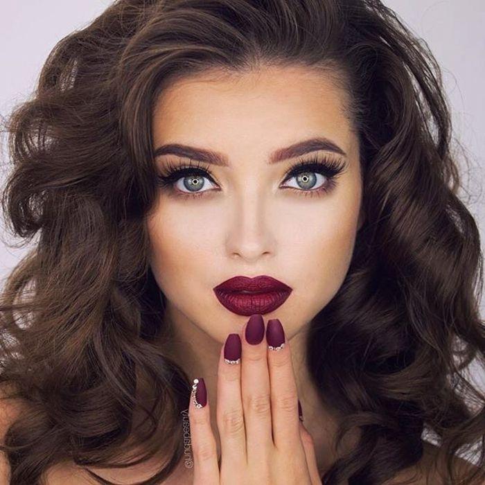 dezent schminken toller look zu einer auserlesenen abendveranstaltung lockige haare rote lippen große augen schminken