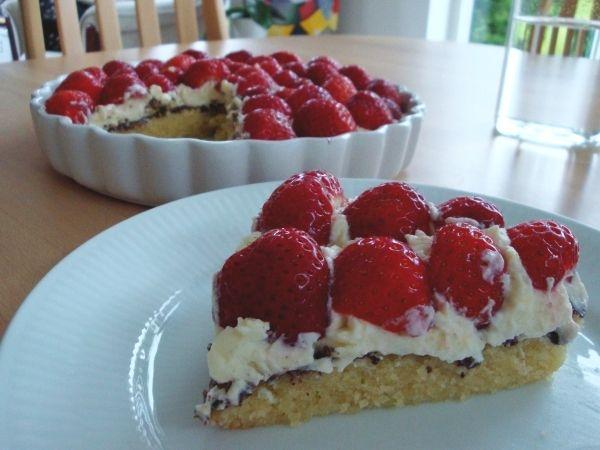 """Jeg havde lovet mig selv at lave en """"rigtig"""" jordbærtærte i løbet af sommerferien. Så da jeg fik besøg af min søster Iben, var det endelig oplagt at kaste mig over projektet. Jordbærtærten blev spi…"""