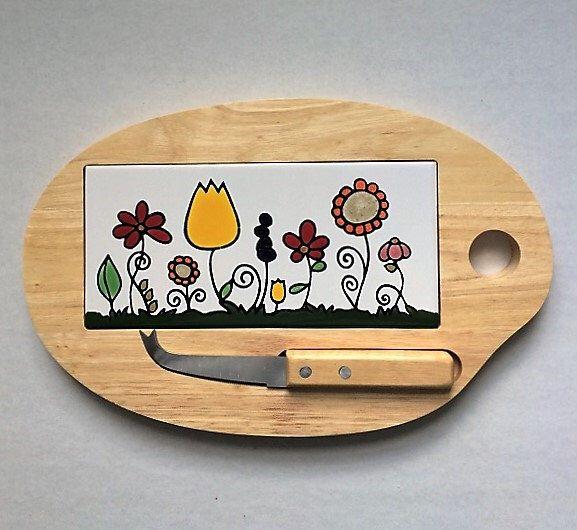 Jardin Tabla de quesos en madera y azulejo de ceramica de 8 1/2'' X 4''  pintado a mano en Cuerda Seca, con cuchillo para quesos incluido. de CAYATILES en Etsy https://www.etsy.com/es/listing/295160055/jardin-tabla-de-quesos-en-madera-y