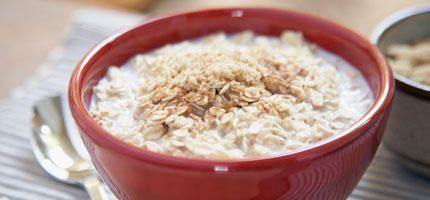 Porridge mit Heidelbeeren  Zutaten (für 4 Personen): 600 ml Milch, 2 EL Vanillezucker, 200 g Haferflocken, 100 g Heidelbeeren, Honig  • Die Milch mit dem Vanillezucker und den Haferflocken aufkochen lassen und unter gelegentlichem Rühren 15 Min. köcheln lassen, bis der Hafer gequollen ist und ein schöner Brei entstanden ist.  • Eventuell noch etwas Milch zugeben. In Schüsseln füllen.  • Die Heidelbeeren waschen und trocken tupfen. Auf den Brei legen. Na…