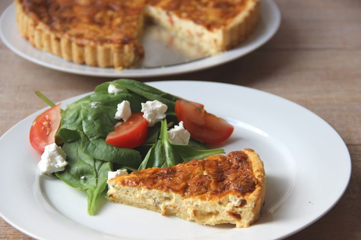 Quiche with smoked bacon and cheese and a spinach salad - Quiche met gerookte spekjes en kaas en een spinazie salade