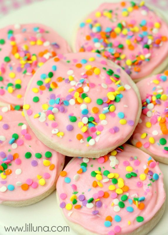 Soft and perfect sugar cookies. Recipe on { lilluna.com } Creamy frosting on the yummiest cookie!