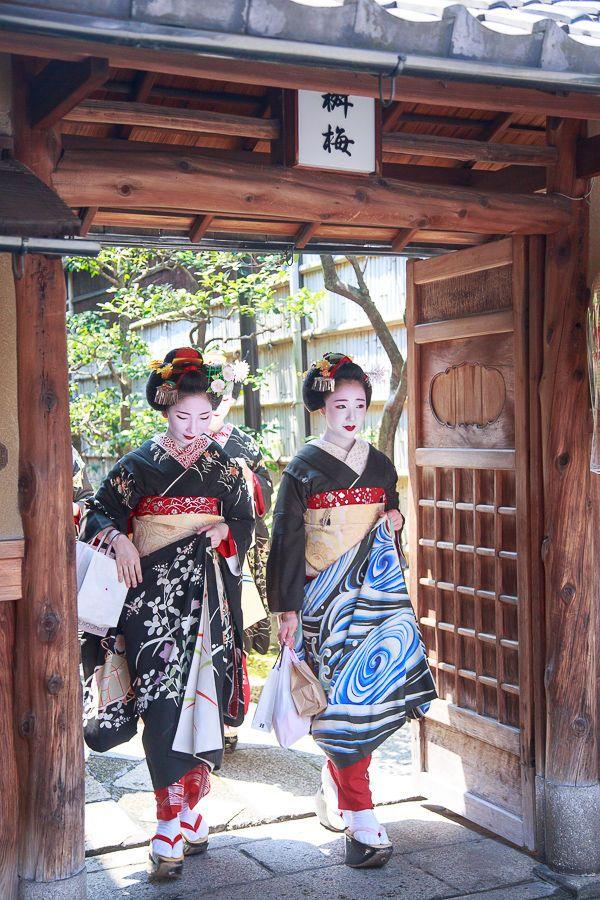 Les maiko Mamefuji et Mamegiku en kimono noir, avec décor végétal pour l'une et tourbillon d'eau pour l'autre.
