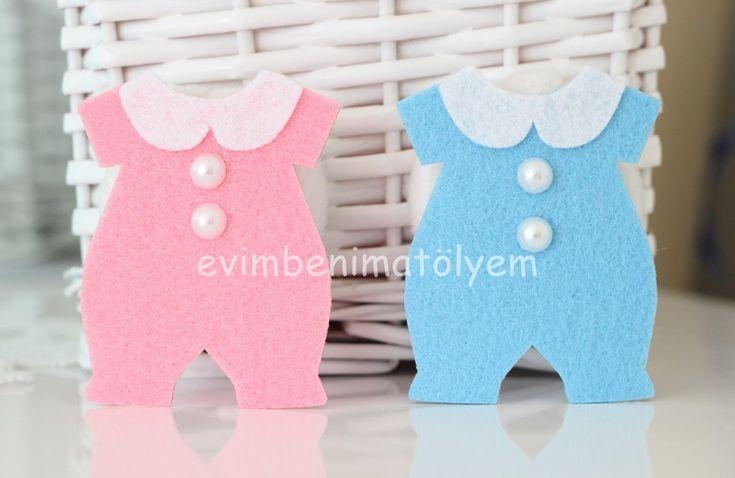 Keçeden kız bebek ve erkek bebekler için ayrı ayrı ucuz bebek şekerleri: dolgusuz tulum magnetler... İsteğe göre isim yazılı etiket ilavesi ile kişiye özel bebek şekeri haline getirilebilir.Bebek mevlidinde veya yaş partilerinde kullanabileceğiniz tulum şeklinde bebek şekeri İstediğiniz detayları not kısmında belirtiniz.
