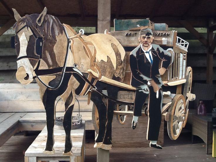 Geheel gemaakt van sloophout met een oude foto als voorbeeld . Afmeting 100 x 120 cm . Henri Wittenberg Markelo