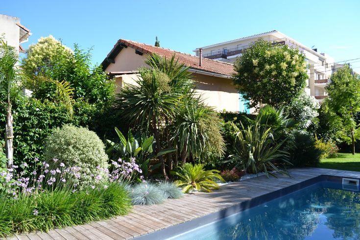 Piscine terrasse en bois am nagement paysager avec de palmiers nicolas roubaud 13008 jardin for Jardin terrasse mediterraneen