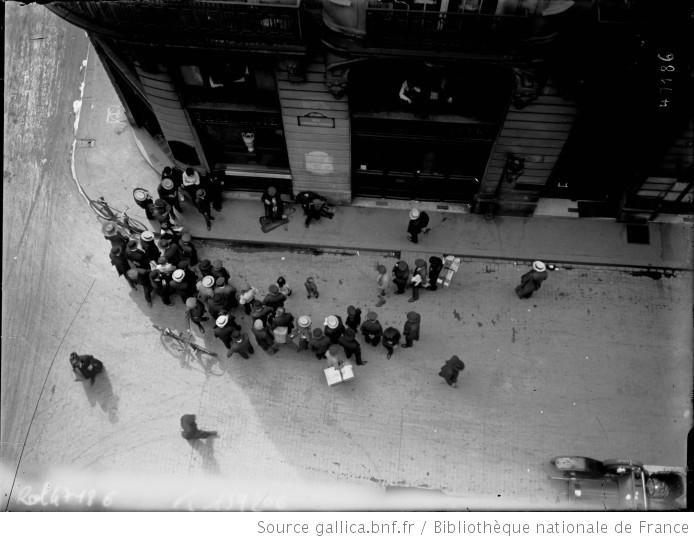 [Rue Ambroise Thomas, 9e arrondissement, attroupement Autour de 2 musiciens]: [photographie de presse] / [Agence Rol] - 1