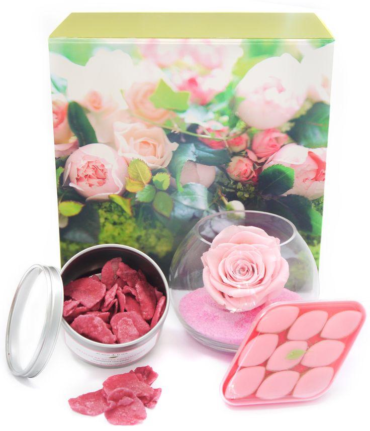 Coffret cadeau au nom de la rose composé d'une boîte en carton, de pétales de roses cristallisés, de calisson à la rose et d'une rose stabilisées.