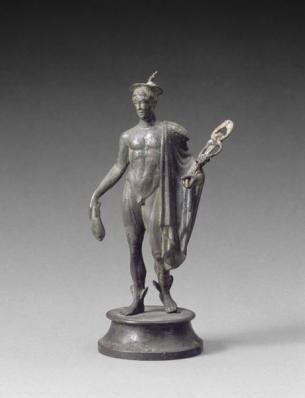 Cette statuette en bronze de Mercure le montre sous son aspect le plus classique : un jeune homme nu, portant sur l'épaule la chlamyde, le manteau des voyageurs, sur la tête le pétase ailé, des ailettes aux talons et le caducée. Les animaux qui l'accompagnent habituellement, le coq, le bélier et la tortue, manquent. Datation : Ier-IIIe s. ap. J.-C. Origine : Dragages de la Saône, à la pointe de l'île Barbe, en amont de Lyon (Rhône)