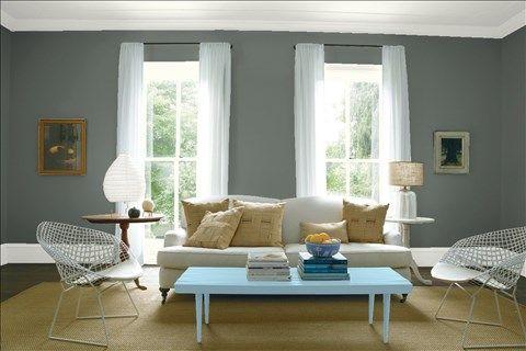 Admirez l'agencement de couleurs de peinture I réalisé avec Benjamin Moore. Via @benjamin_moore. Mur: Meulière Grise 1581; Moulures: Blanc Berbère OC-51; Table: Bleu Ciel HC-153; Plafond: Blanc Berbère OC-51.