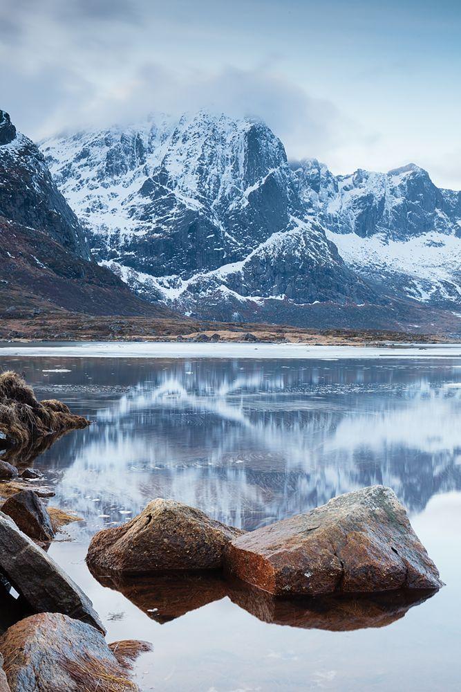Норвегия, Лофотенские острова Вершины Острые пики гор, стеной возвышающиеся отвод бесчисленных фьордов, нежаркий климат летом имягкий зимой, непредсказуемая погода ималочисленное население, белые песчаные пляжи изавораживающие цвета моря— это Лофотенские острова.  #water_brilliance #water_perfection#longexposure_shots #longexposure #longexposurestyles_gf #longexpoelite #awesome_earthpix #discoverearth #earthpix #beautifulplanett #beyondamazing #wonderful_places #worldshotz…