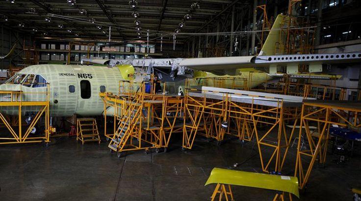 Sejumlah teknisi menyelesaikan proses produksi pesawat CN235 di hanggar PT…