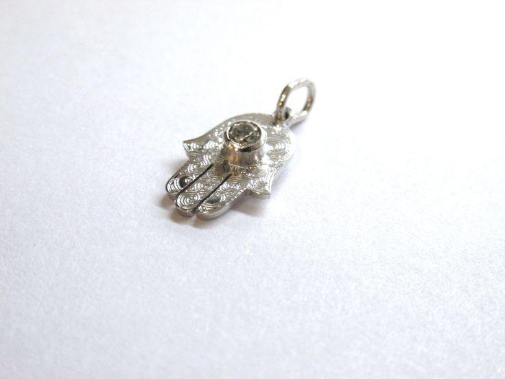 """Delicado dije """"Mano de Dios"""" o """" Mano de Fatima labrado con un diamante R693  #duranjoyerosbogota #joyeria #hechoamano #fabricaciondejoyas #oro #joyas #dijes #compracolombiano #hechoenColombia #gold #handmade #renovamostujoyero #fabricaciondejoyasenoroyplatino #piedraspreciosas #diamante"""