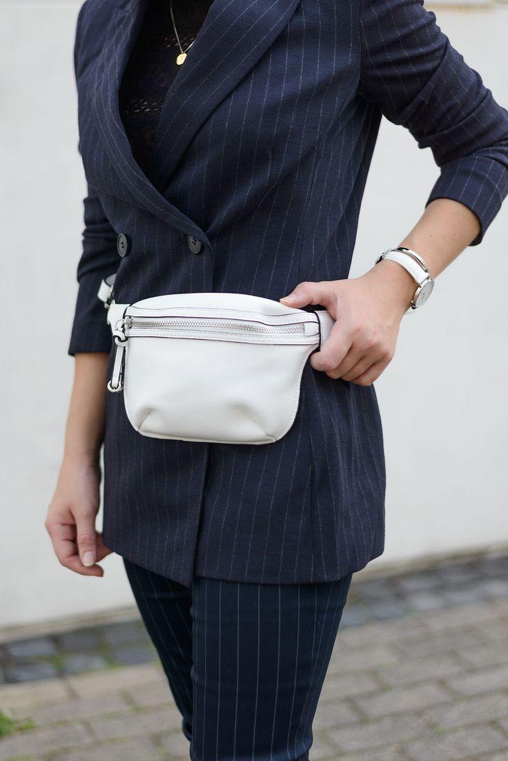 Zwei Trends auf einen Streich: Darum ist die Outfit-Kombi aus Nadelstreifen-Anzug und Gürteltasche so genial