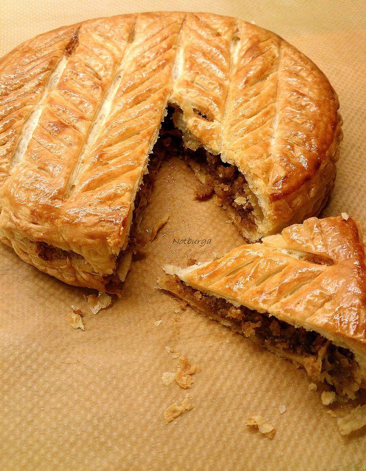 A Galette des Rois,egyFranciaországban hagyományos Háromkirályok sütemény,amiegy leveles tészta, mandulakrém töltelékkel (egyébként Br...