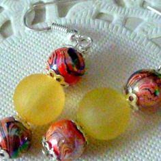 Boucles d'oreille pendantes perles effet peinture orange et noir et perle givrée jaune